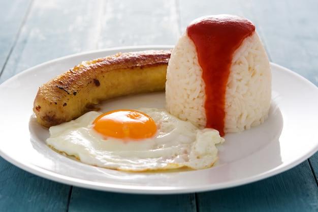 Arroz a la cubana riz cubain typique avec banane frite et œuf au plat