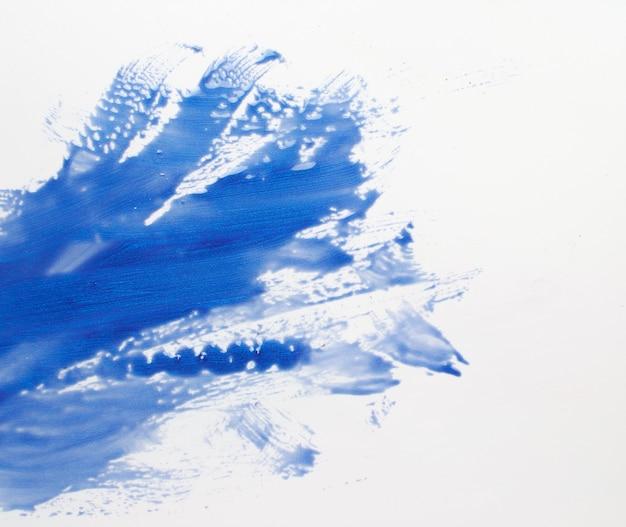 Art abstrait créatif, peinture moderne. traits de couleur bleu barbouillé sur fond blanc