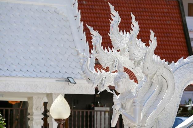 L'art de la culture thaïlandaise, le stuc, le naga blanc décoré par le toit de l'église et les escaliers