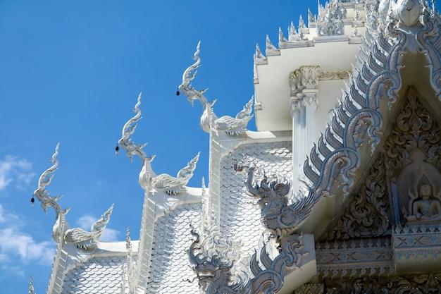 L'art de la culture thaïlandaise, le stuc, le naga décoré par le toit de l'église et les escaliers