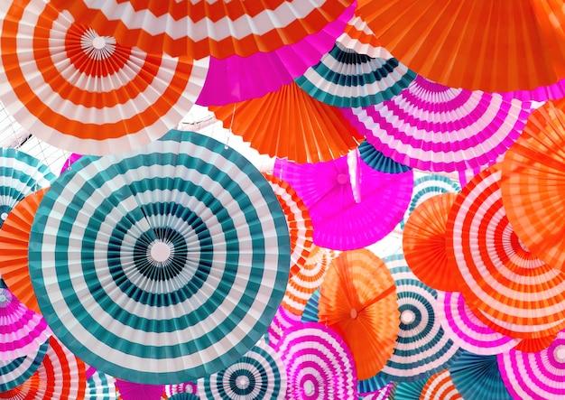 Art décoratif en papier plissé multicolore