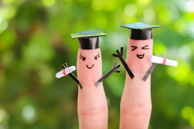 Art de doigt d'amis. groupe d'étudiants titulaires de leur diplôme après l'obtention du diplôme