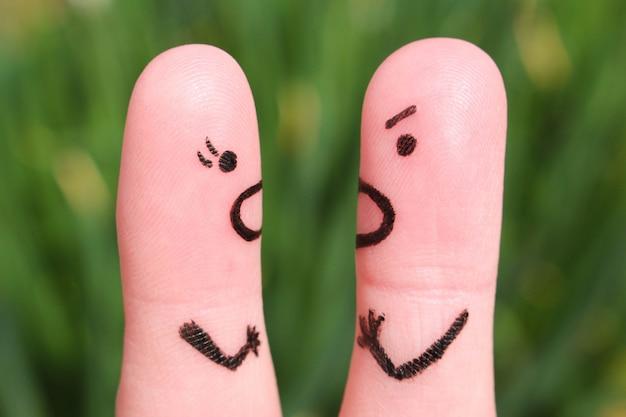Art de doigt d'un couple pendant la querelle.