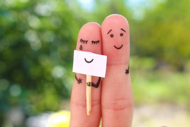 Art des doigts de couple. concept de femme cachant des émotions, l'homme est heureux.