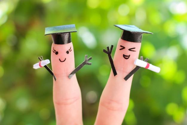 Art du doigt des amis. groupe d'étudiants titulaires de leur diplôme après l'obtention du diplôme
