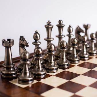 Art d'échecs conçu argent doré sur la lumière