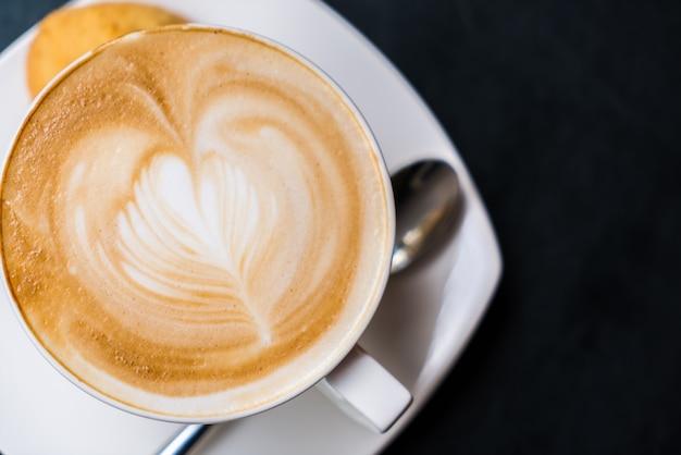 Art latte café sur la table.