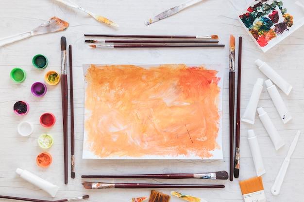 Art met en œuvre près de papier de couleur