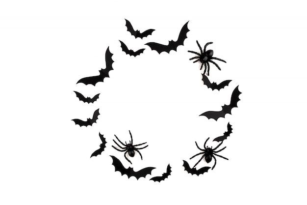 Art de papier d'halloween. voler des chauves-souris en papier noir et des araignées sur blanc.
