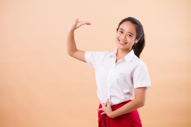 Art de la performance thaï, étudiante danseuse danse en pagne rouge traditionnel