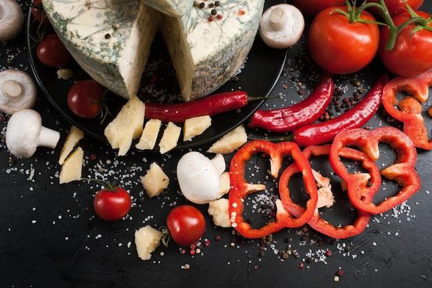 Art de la photographie culinaire. concept de mélange d'assortiment de légumes au fromage bleu gastronomique