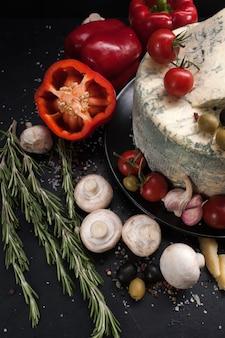 Art de la photographie culinaire. concept de mélange d'épices de légumes au fromage bleu gastronomique