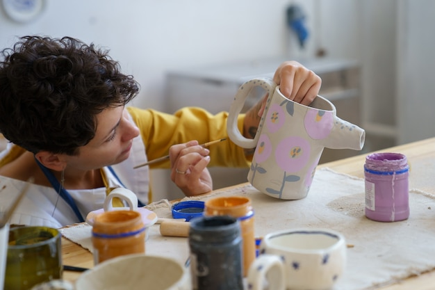 L'art-thérapie pour les loisirs une femme a passé du temps dans un atelier de céramique à se détendre avec de la poterie