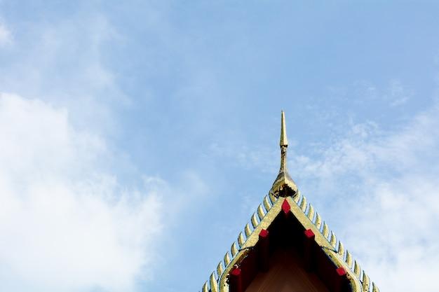 Art sur le toit d'un temple bouddhiste en thaïlande