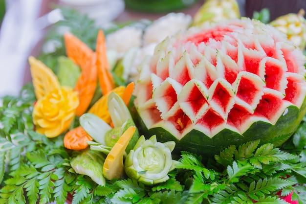 L'art traditionnel de la cuisine thaïlandaise grave des fruits et légumes