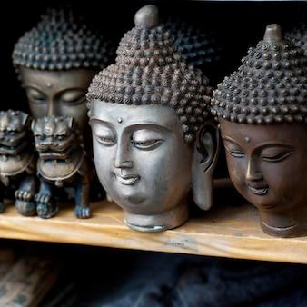 Des artefacts à exposer dans un étal de marché à shanghai, en chine