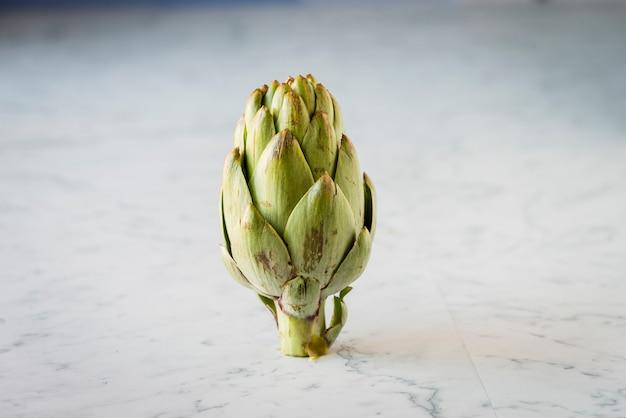 Artichaut vert frais sur une table en marbre