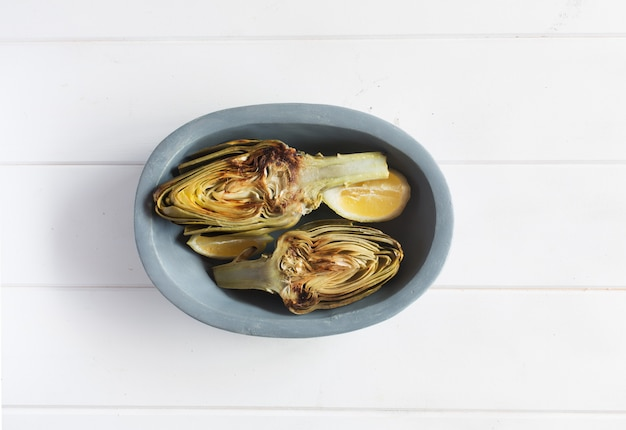 Artichauts et citrons sur l'assiette. ce produit a l'une des capacités antioxydantes les plus élevées