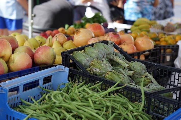 Artichauts et haricots sur le comptoir du marché aux légumes