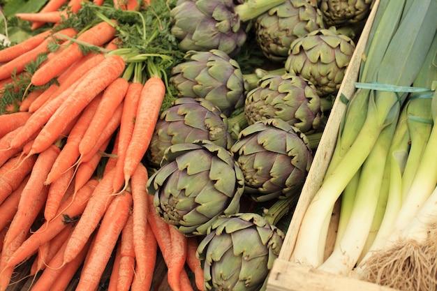 Artichauts de poireaux au printemps dans un marché