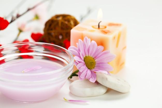 Articles et accessoires pour salons de spa en composition sur la table.