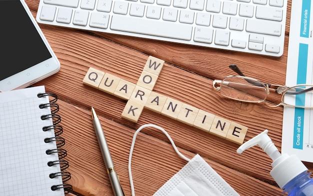 Articles d'affaires sur une table en bois. bureau à la maison. travailler pendant la quarantaine.