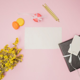 Articles d'anniversaire à côté d'un bouquet de fleurs jaune