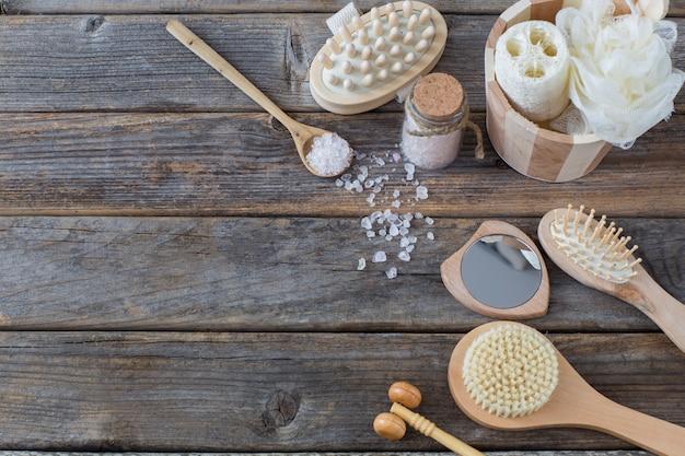 Articles de bain en bois sombre: sel de mer, brosses, gants de toilette