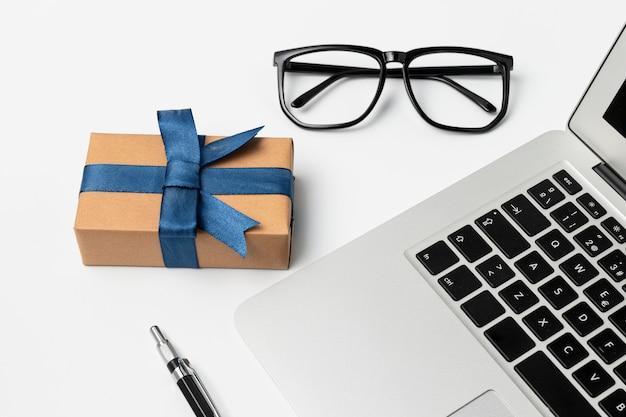 Articles de bureau à angle élevé et cadeau