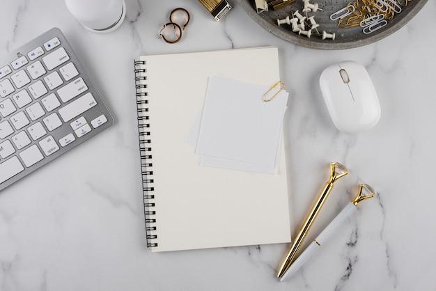 Articles de bureau sur table en marbre vue ci-dessus