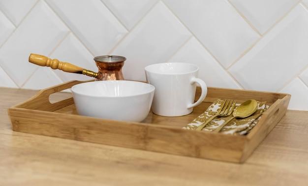 Articles de cuisine à angle élevé sur le comptoir