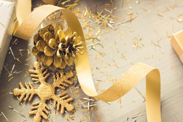 Articles de décoration de noël scintillant doré sur fond de bois