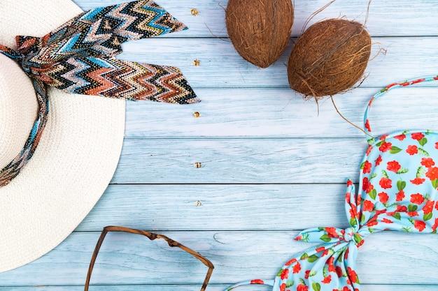 Articles essentiels de plage sur la table en bois