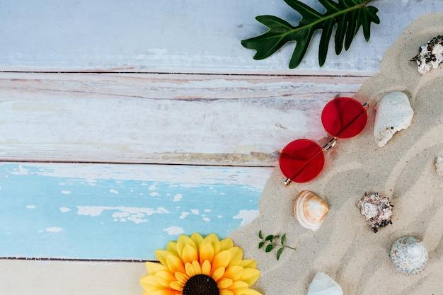 Articles d'été, accessoire en saison des fêtes sur mur de couleur.
