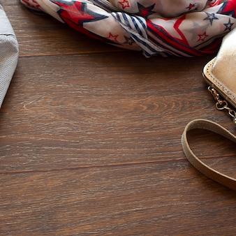 Articles de garde-robe de femme sur fond en bois