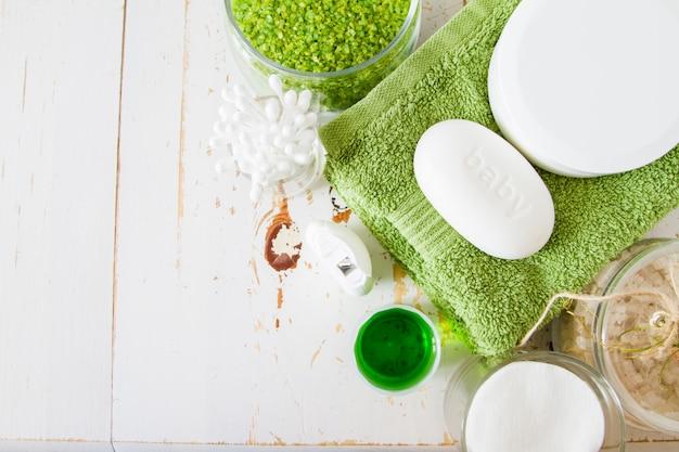 Articles d'hygiène essentiels sur fond blanc
