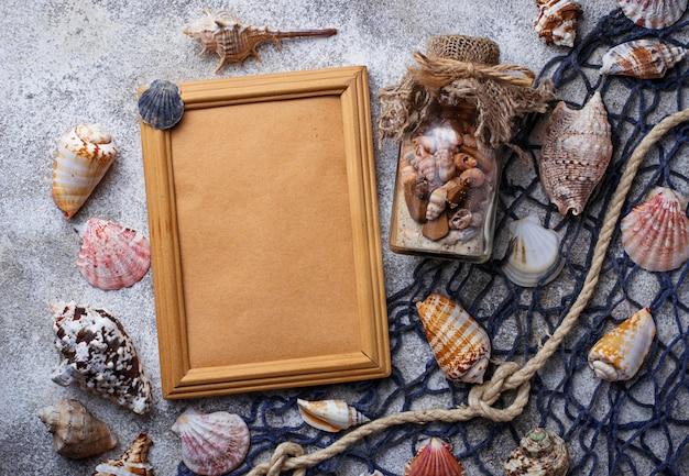 Articles marins: coquillages, corde, résille. fond nautique espace pour le texte