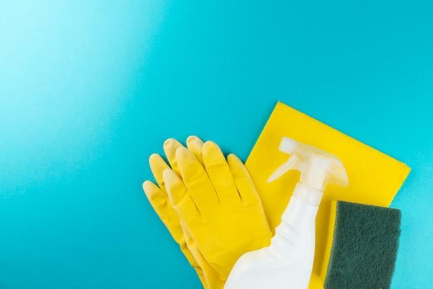 Articles de nettoyage de la maison sur le mur bleu.