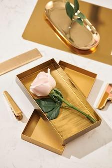 Articles en or accessoires à plat sur la table