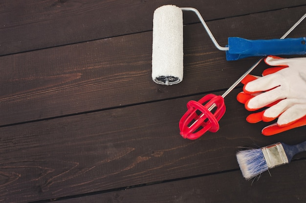Articles et outils de peintre professionnel sur fond de bois. table de travail pour peintre et décorateur