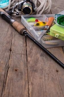 Articles de pêche et appâts dans des boîtes de rangement