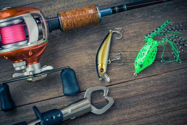 Articles de pêche - baitcasting reel, préhenseur sur fond en bois