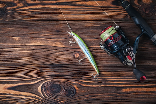 Articles de pêche sur fond de bois sombre