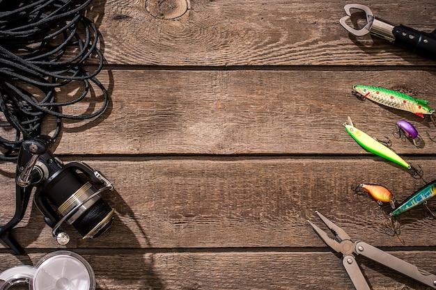Articles de pêche pêche filature ligne de pêche crochets et leurres sur fond de bois