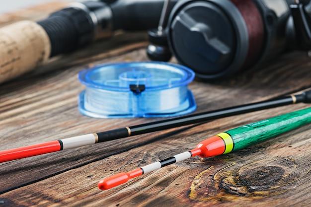 Articles de pêche sur une table en bois