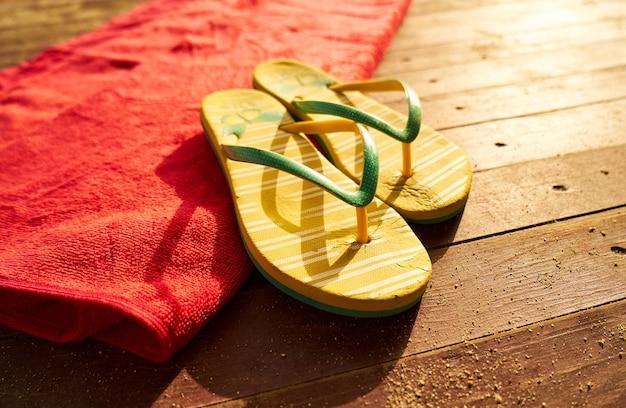 Articles de plage sur le plancher en bois