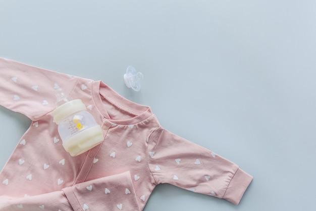 Articles pour bébé sur bleu clair