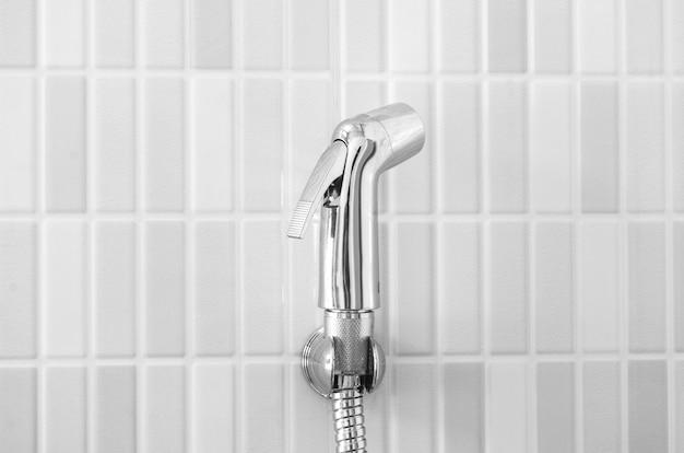 Articles sanitaires sur mur blanc dans les toilettes