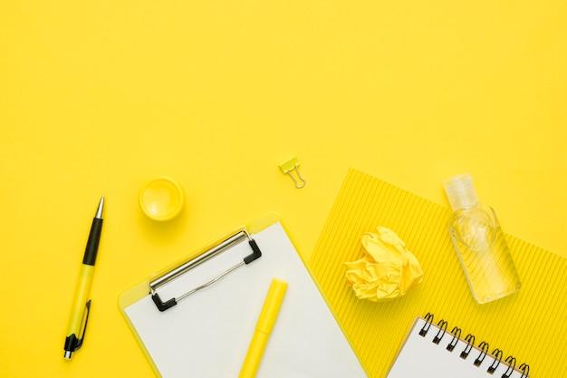 Articles scolaires de dessus avec copie-espace
