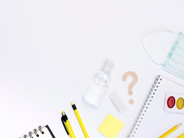 Articles scolaires de dessus avec désinfectant